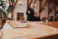 Sipos Gábor és Ősz Sándor Előd levéltárosok a Román Nemzeti Múzeumtól visszakapott dokumentumokkal (fotó: Bone Ewald)